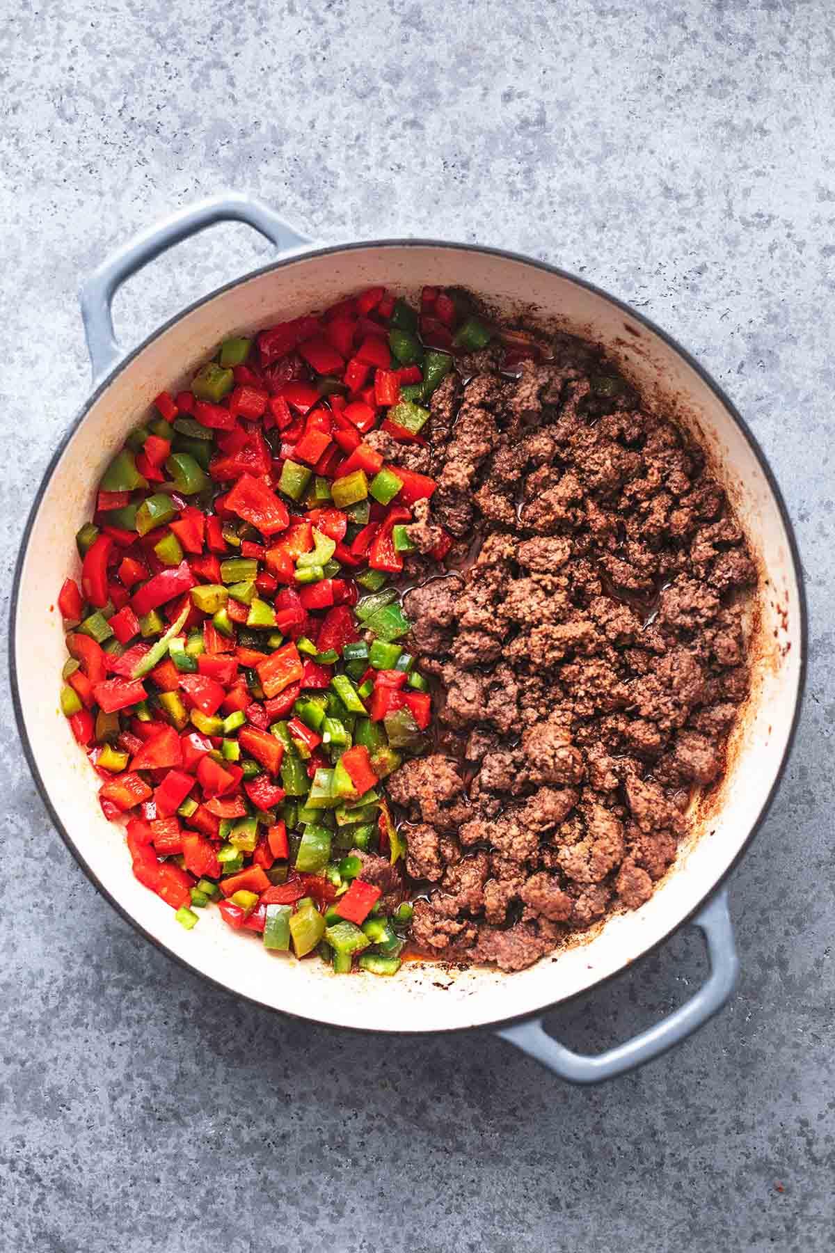Rinderhackfleisch und gewürfelte Paprika in einer Pfanne
