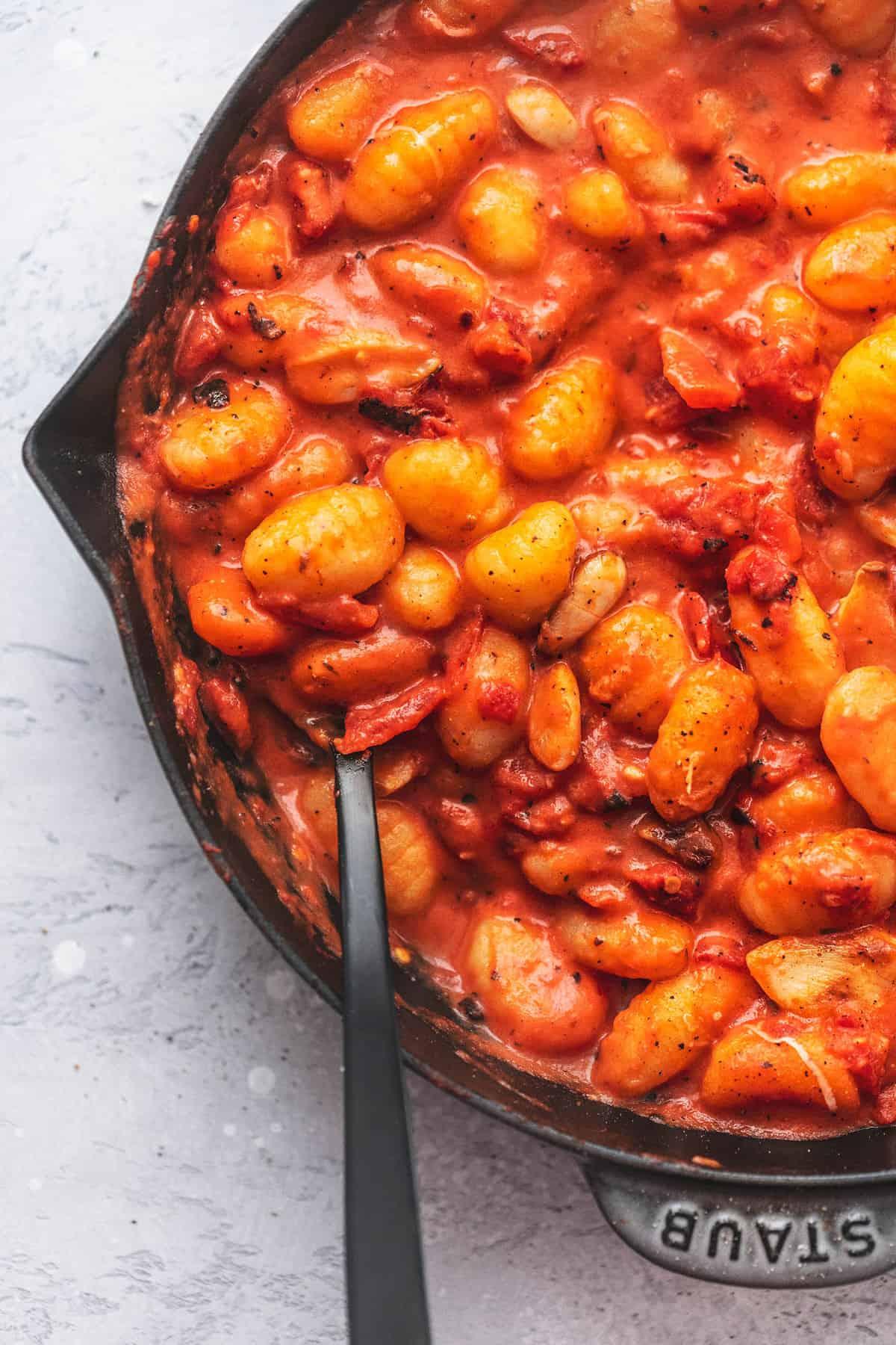 Gnocchi aus der Nähe mit Tomatensauce in einer Pfanne