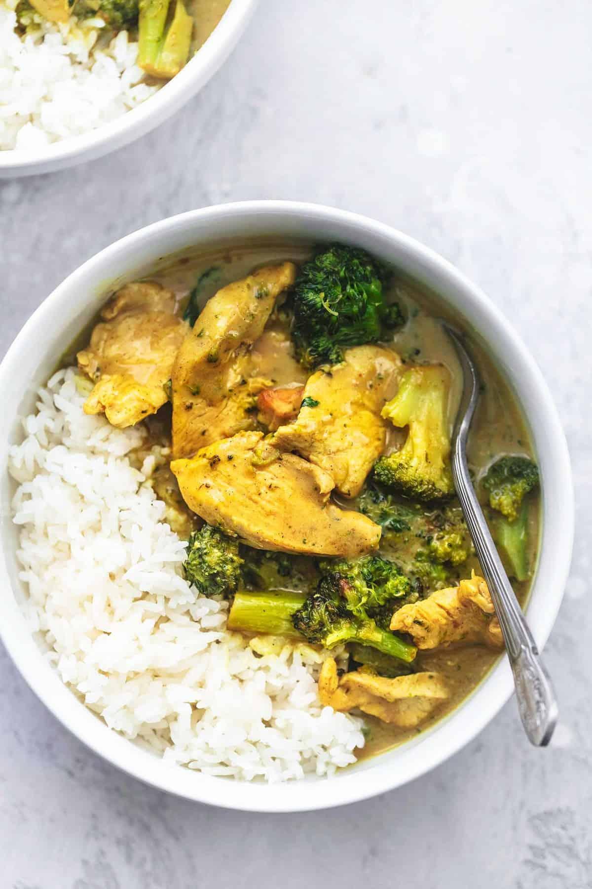 Hühnchen-Brokkoli-Curry und Reis in einer Schüssel