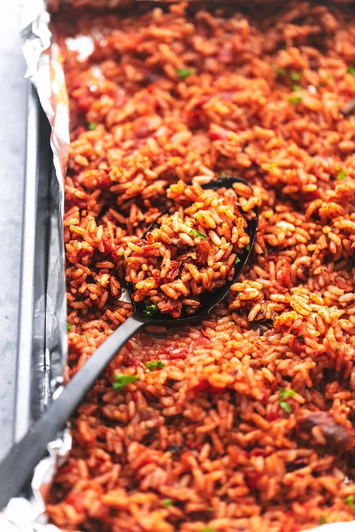 spanischer Reis auf einer Pfanne mit einem Löffel