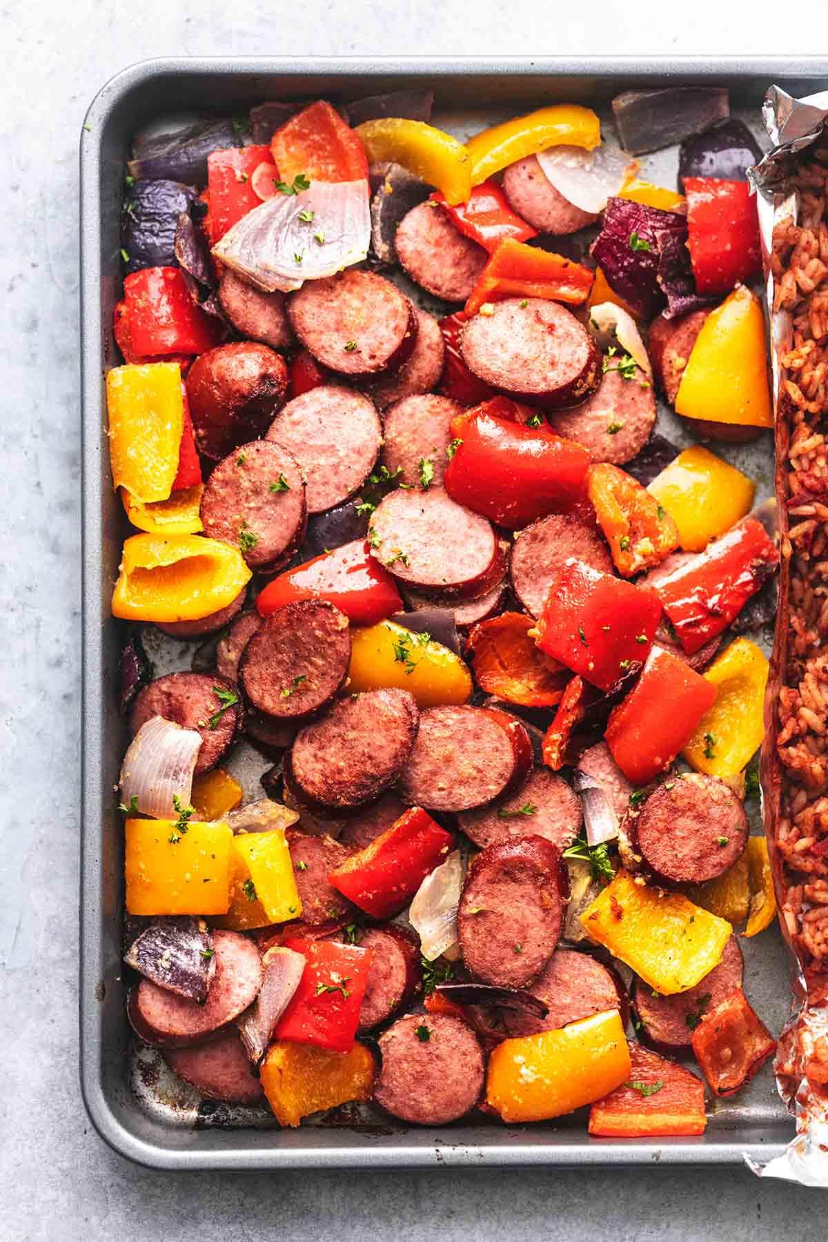 Wurst und Paprika und Zwiebeln in einer Pfanne