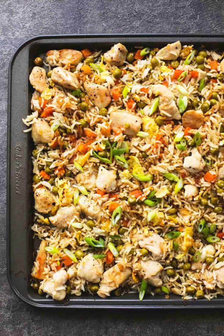 Ein Blatt Pfanne Huhn gebratener Reis