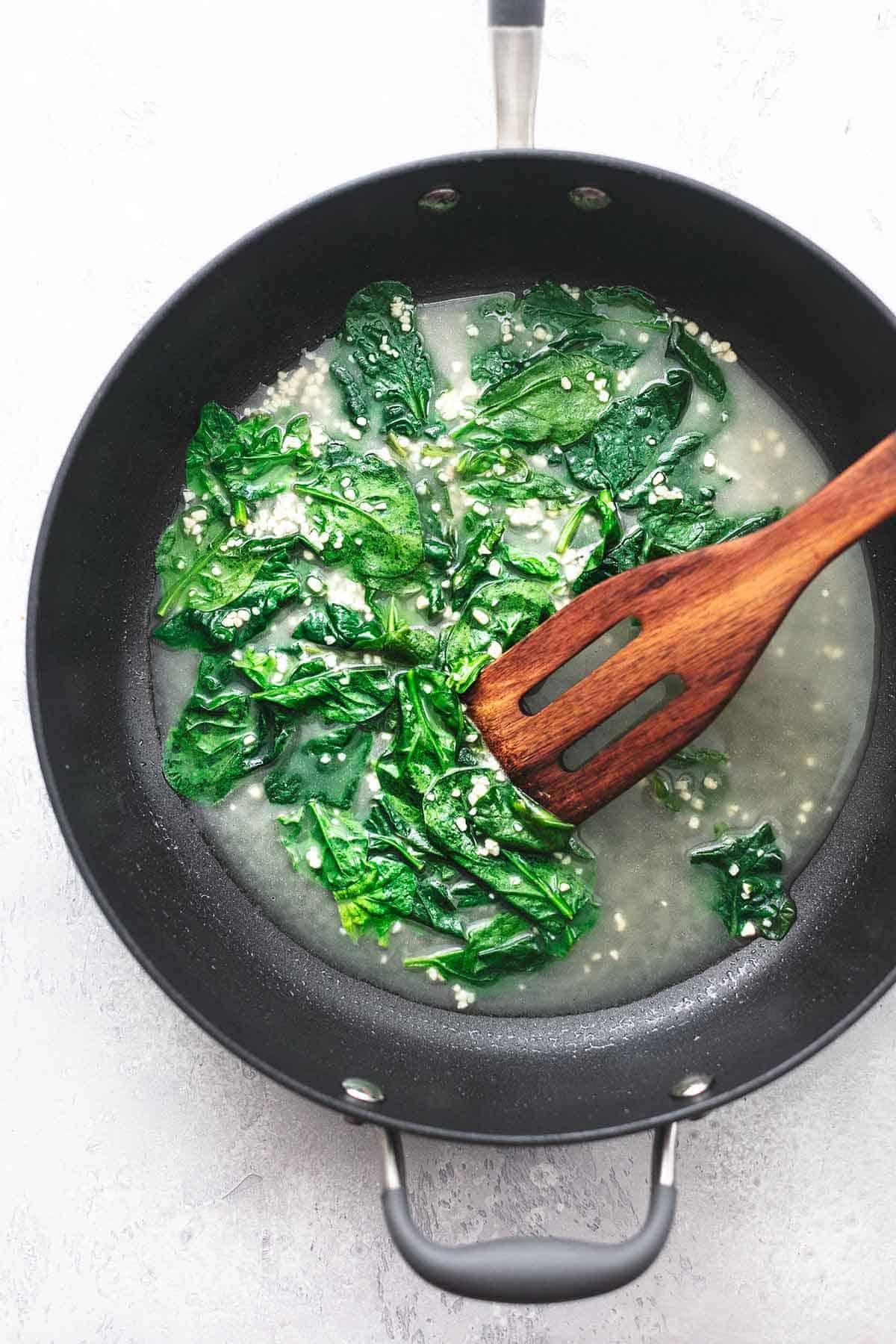sautierter Spinat in einer Pfanne