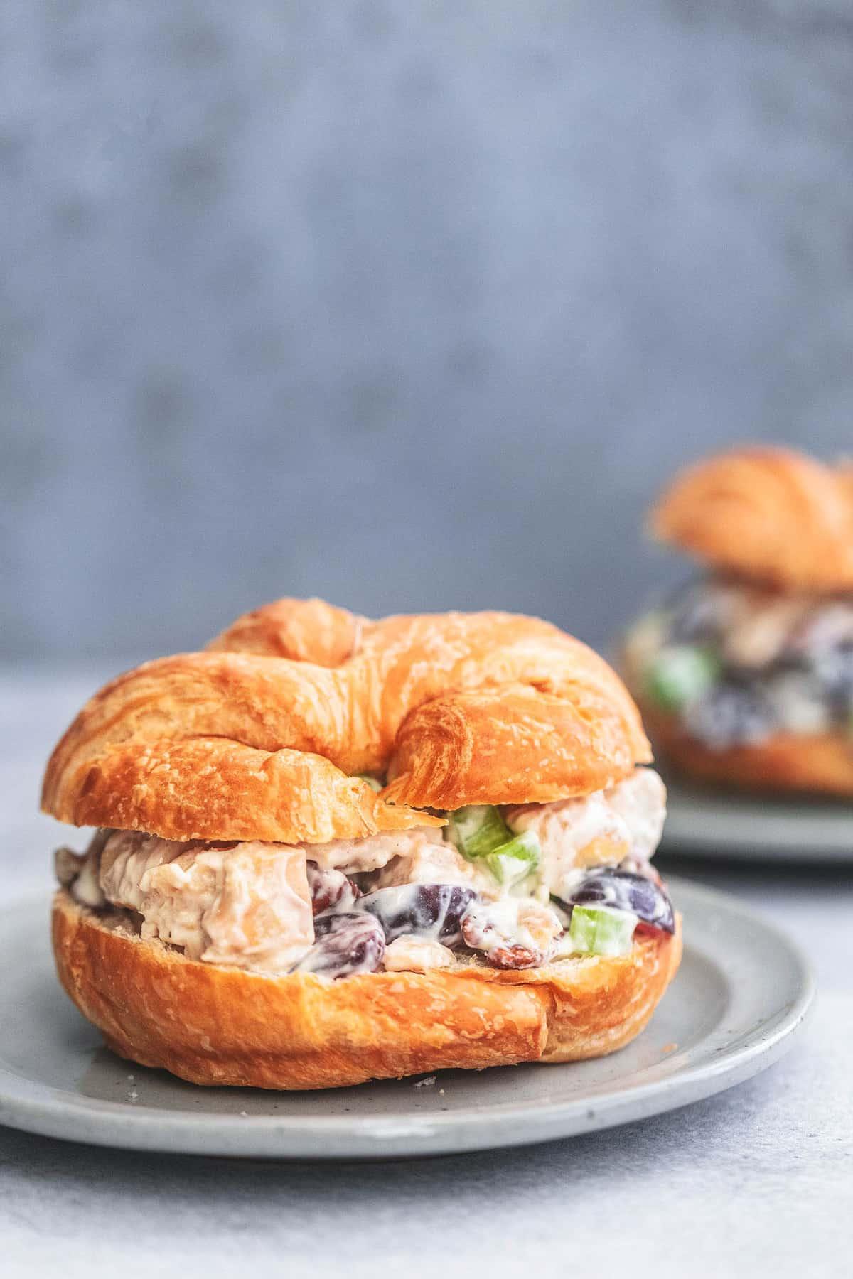 Hühnersalat-Sandwich mit Trauben auf einem Teller