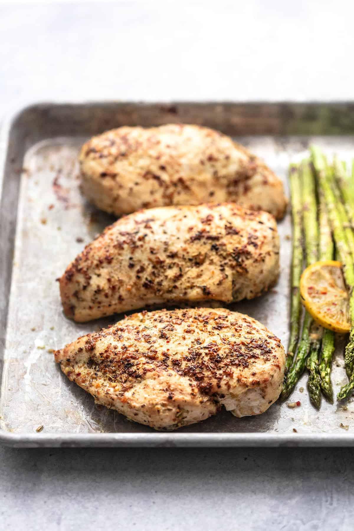 Einfaches gesundes Blatt Pfanne Huhn und Spargel Abendessen Rezept | lecremedelacrumb.com