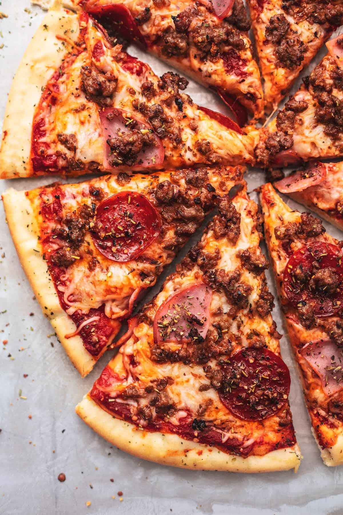 Fleischliebhaber Pizza Rezept | lecremedelacrumb.com