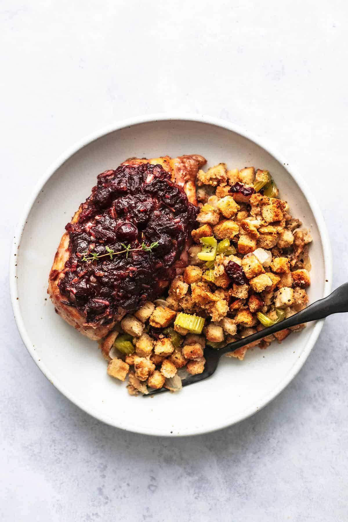 BLATT PAN CRANBERRY HÜHNCHEN UND STUFFING einfaches Abendessen in einer Pfanne und familienfreundliches Essen | lecremedelacrumb.com