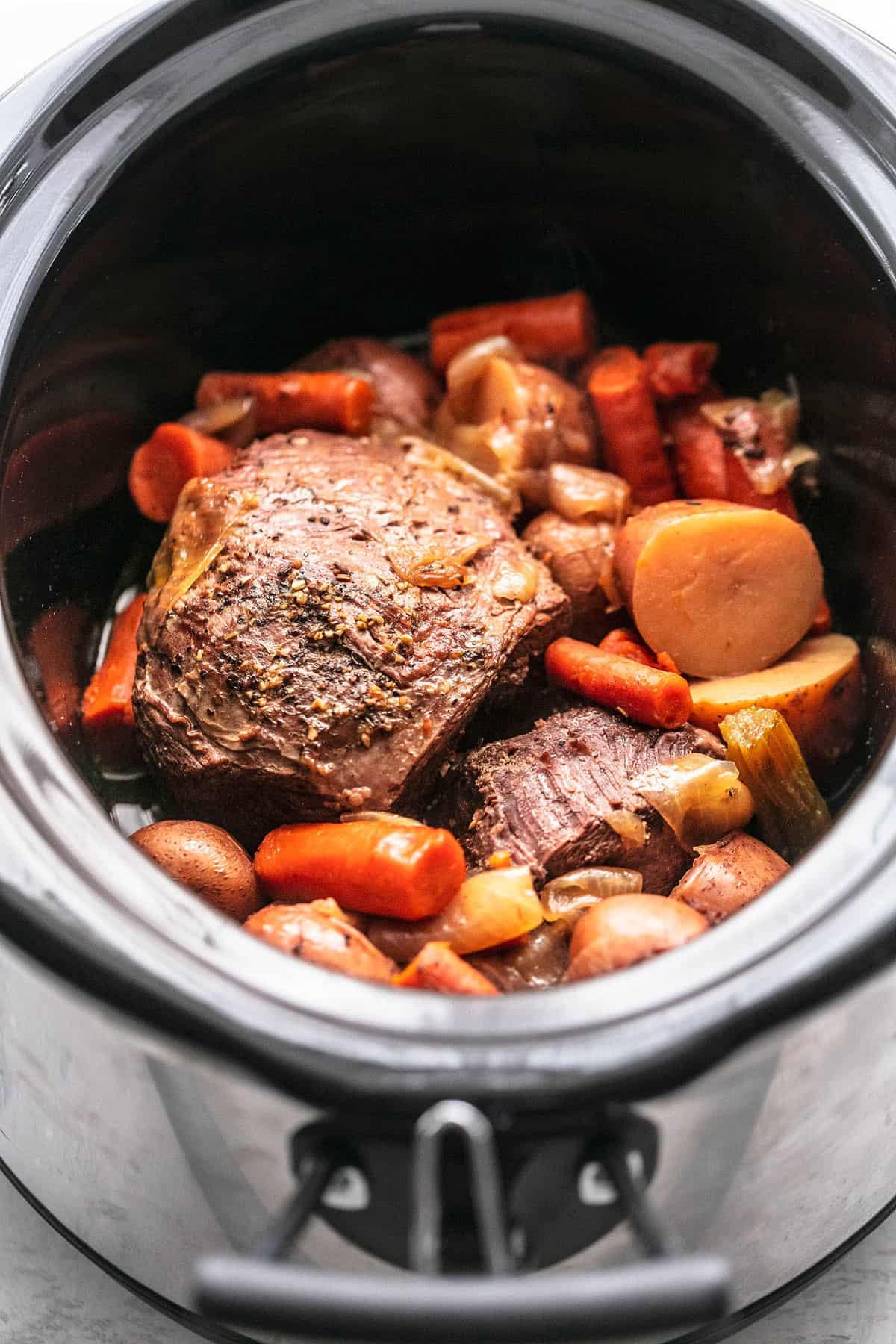 Das Rezept für SLOW COOKER BEEF ROAST macht es in Ihrem Crockpot (oder Schnellkochtopf) besonders saftig, zart und lecker lecremedelacrumb.com