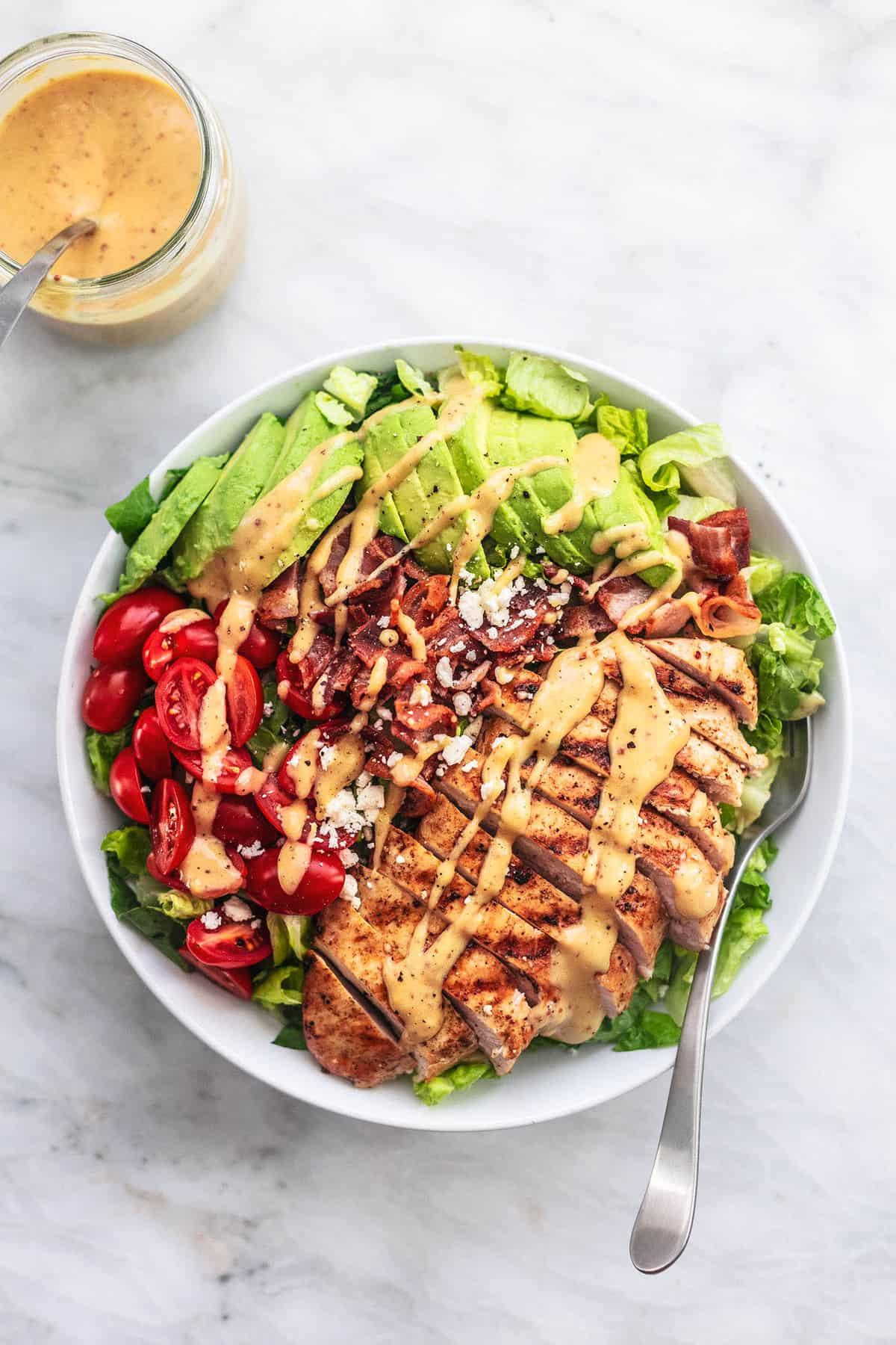 Einfaches gesundes und leckeres Hühnchen-Avocado-Salat-Rezept | lecremedelacrumb.com