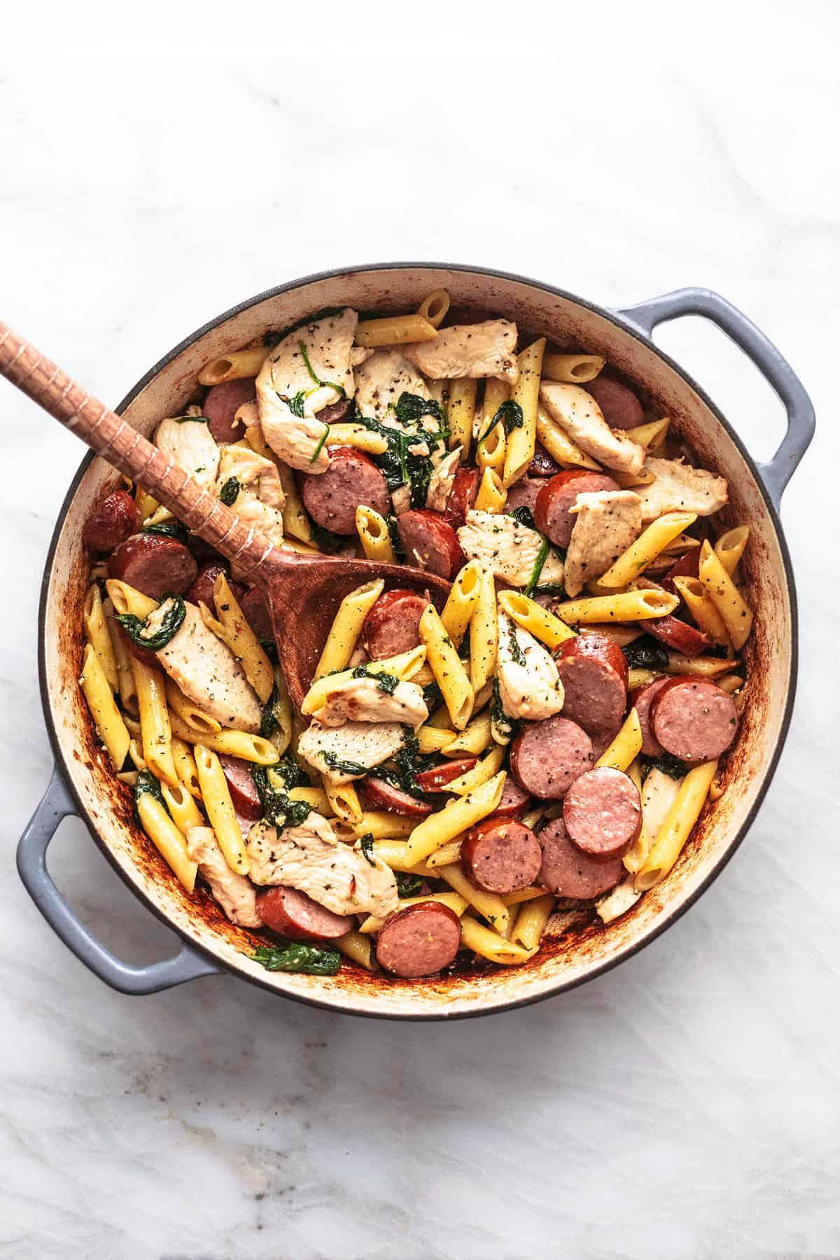 Einfaches Rezept für Hühnchen- und Wurstnudeln | lecremedelacrumb.com