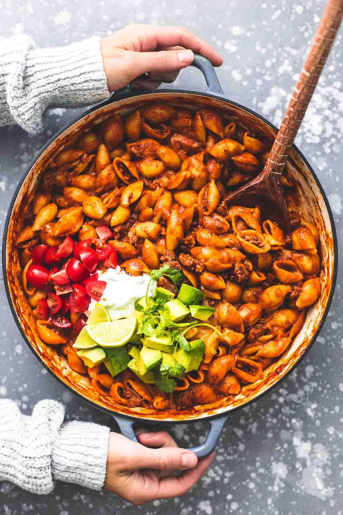 Einfache Eintopf Beefy Enchilada Shells Rezept | lecremedelacrumb.com