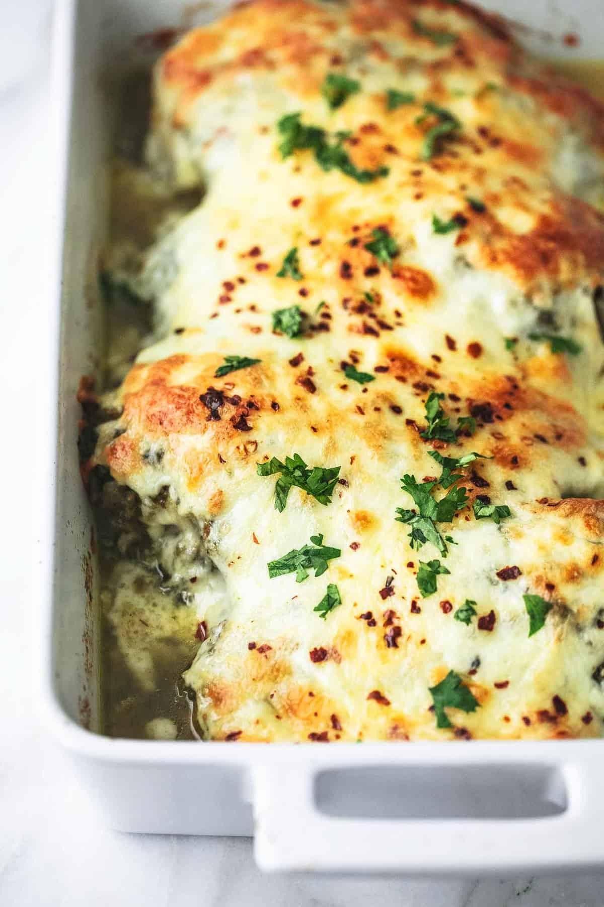 Einfach gebackenes Salsa Verde Huhn einfaches Abendessen Rezept | lecremedelacrumb.com