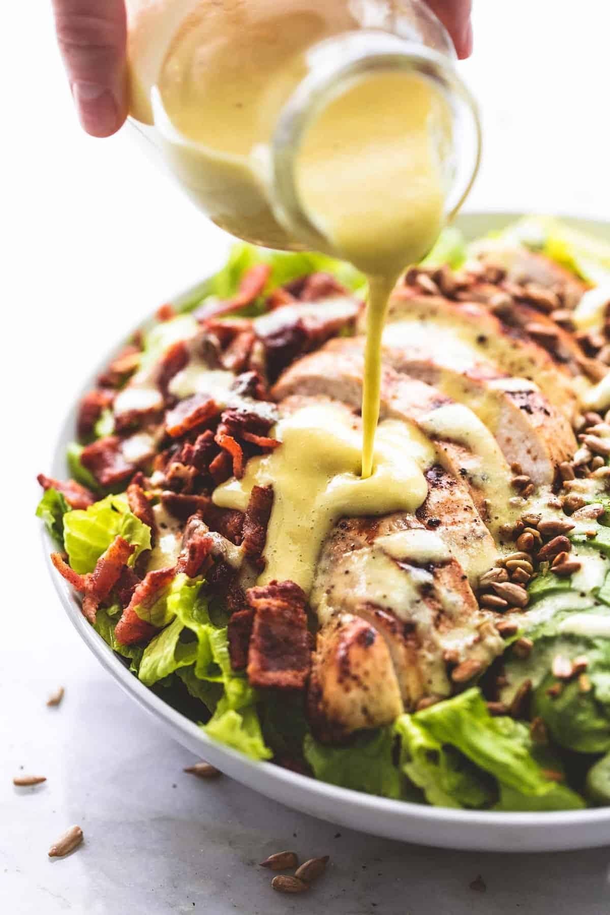 Hähnchen-Speck-Avocado-Salat mit süßem Vidalia-Zwiebel-Dressing lecremedelacrumb.com