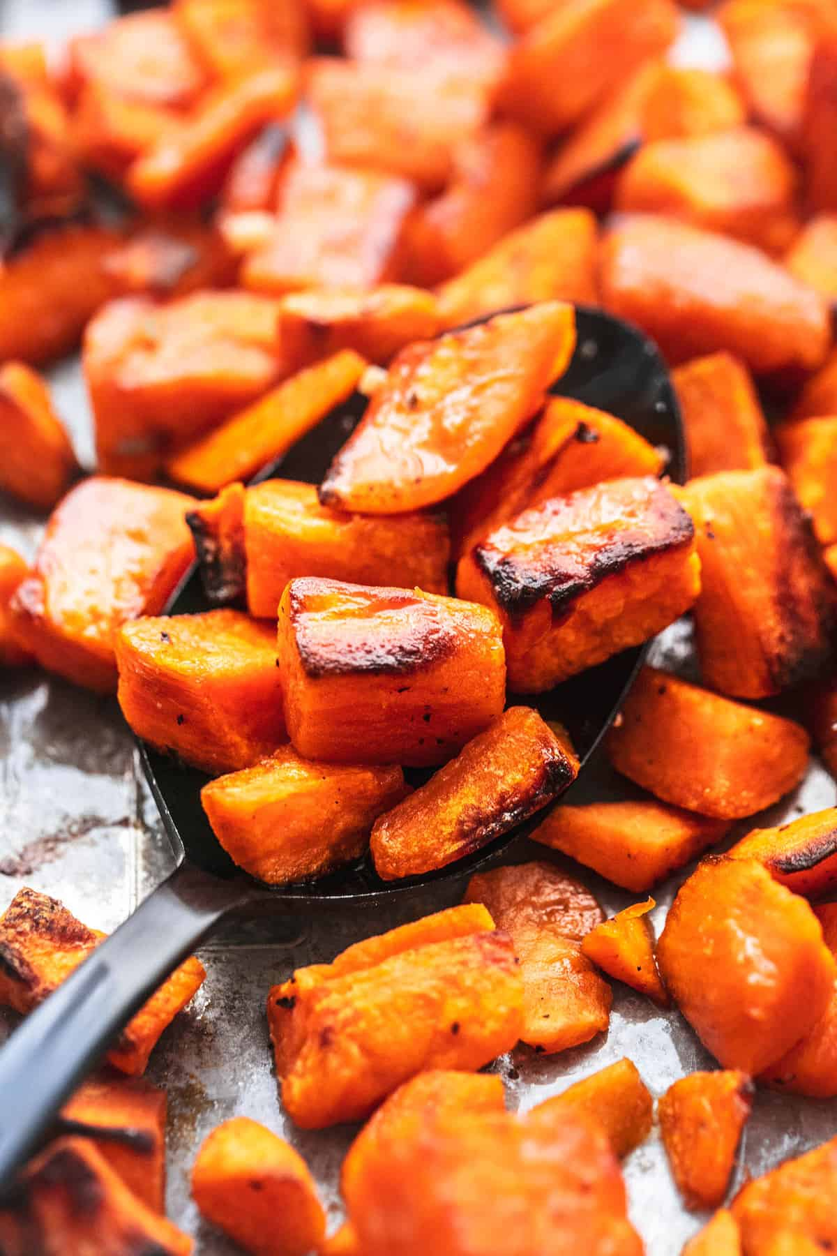Einfacher, knuspriger und herzhafter Ofen Rezept für geröstete süße Kartoffeln | lecremedelacrumb.com