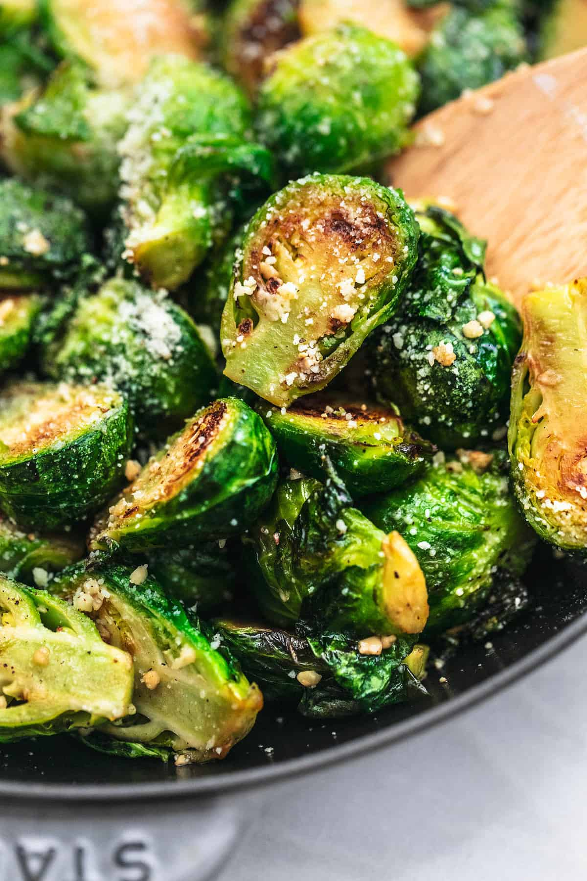 Sautierter Rosenkohl Rezept einfache Beilage mit Parmesan und Knoblauch | lecremedelacrumb.com