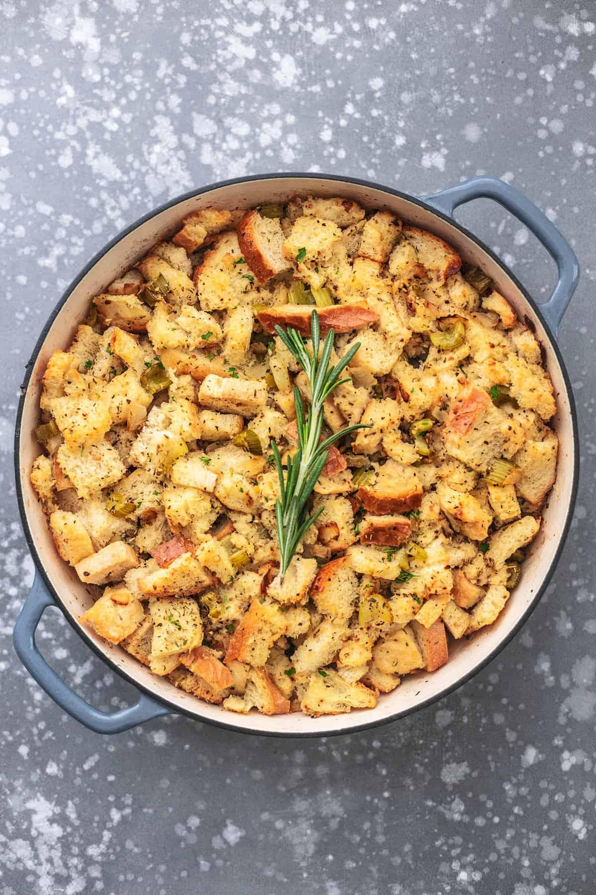 Klassisches traditionelles hausgemachtes Füllrezept - dieses einfache Thanksgiving-Beilagenrezept wird Ihr Favorit sein! | lecremedelacrumb.com