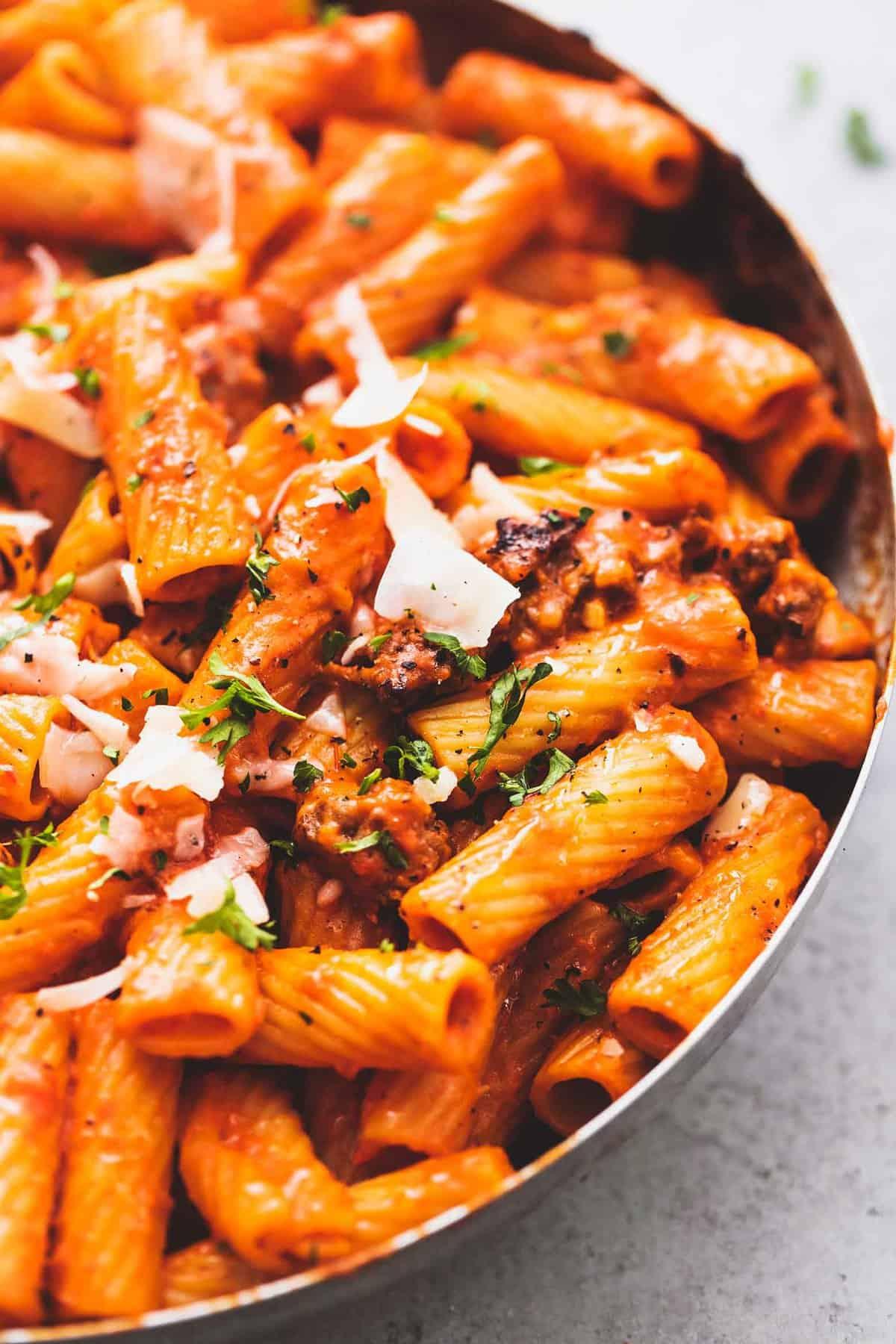Creamy Red Pepper Pasta einfach Eintopf Pasta Abendessen Rezept | lecremedelacrumb.com