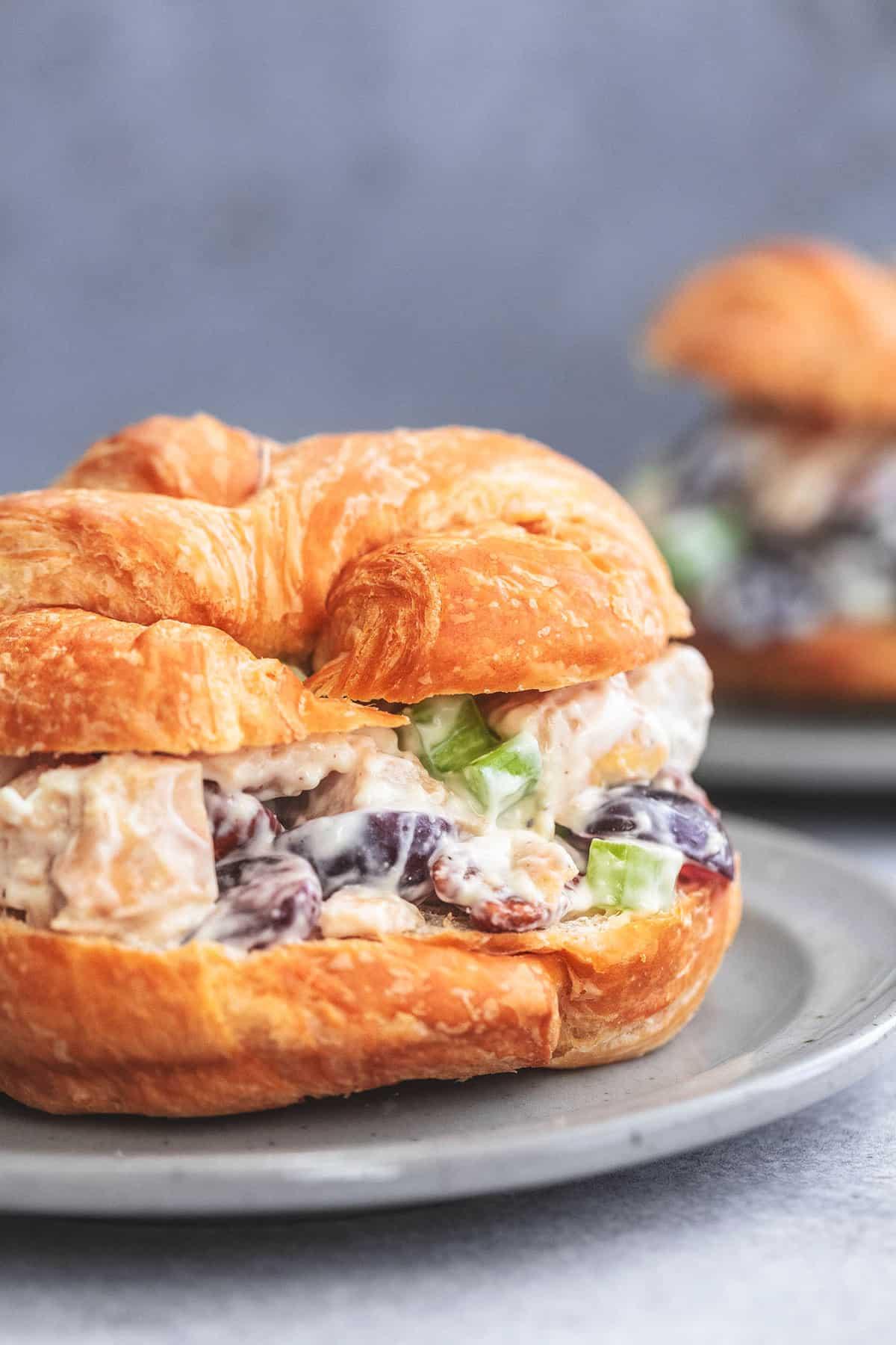 hautnah Hühnersalat Sandwich Croissant auf einem Teller