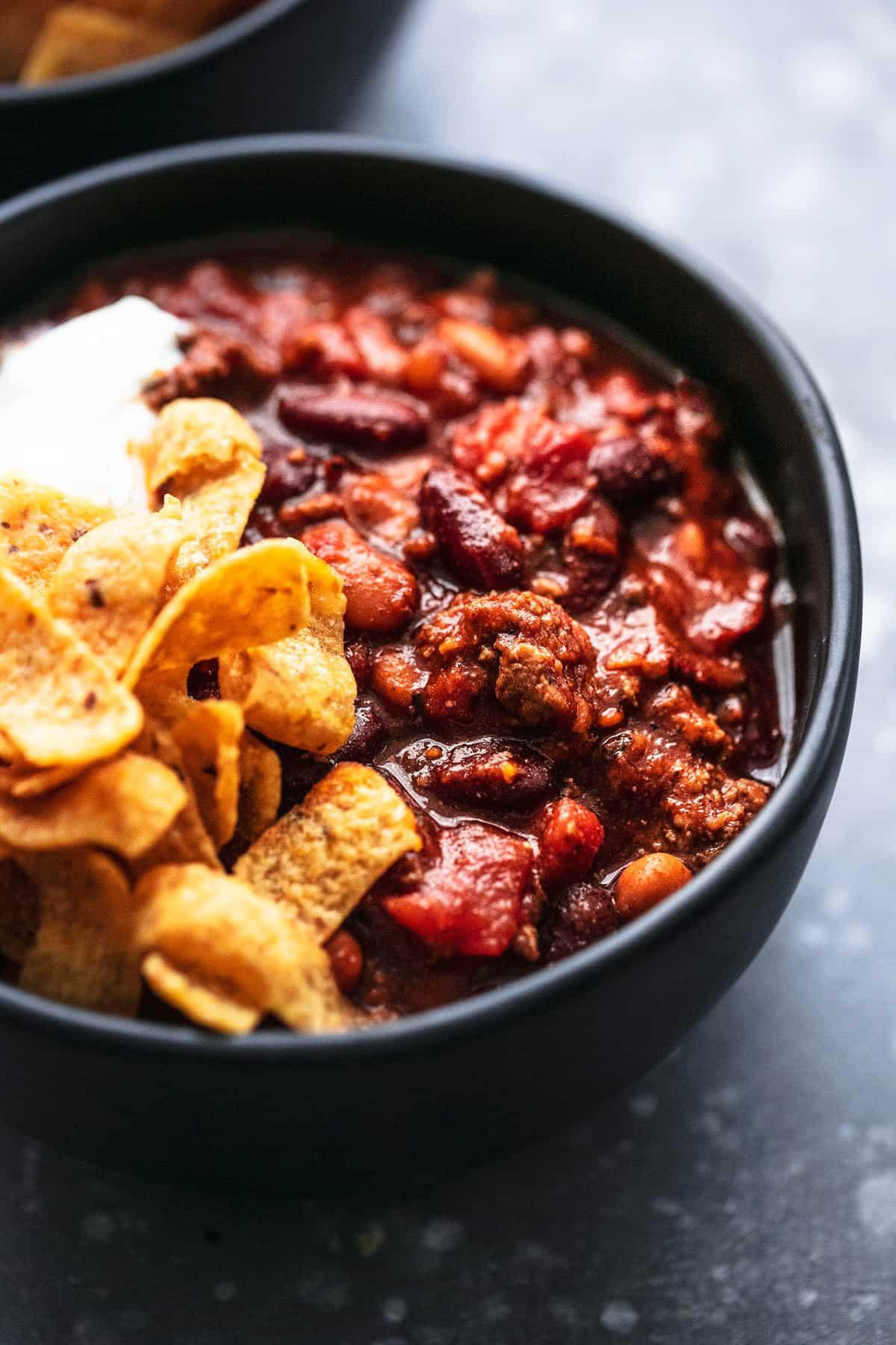 Das beste einfache SOFORTIGE POT BEEF CHILI mit Rinderhackfleisch, feuergebratenen Tomaten und viel Geschmack! | lecremedelacrumb.com