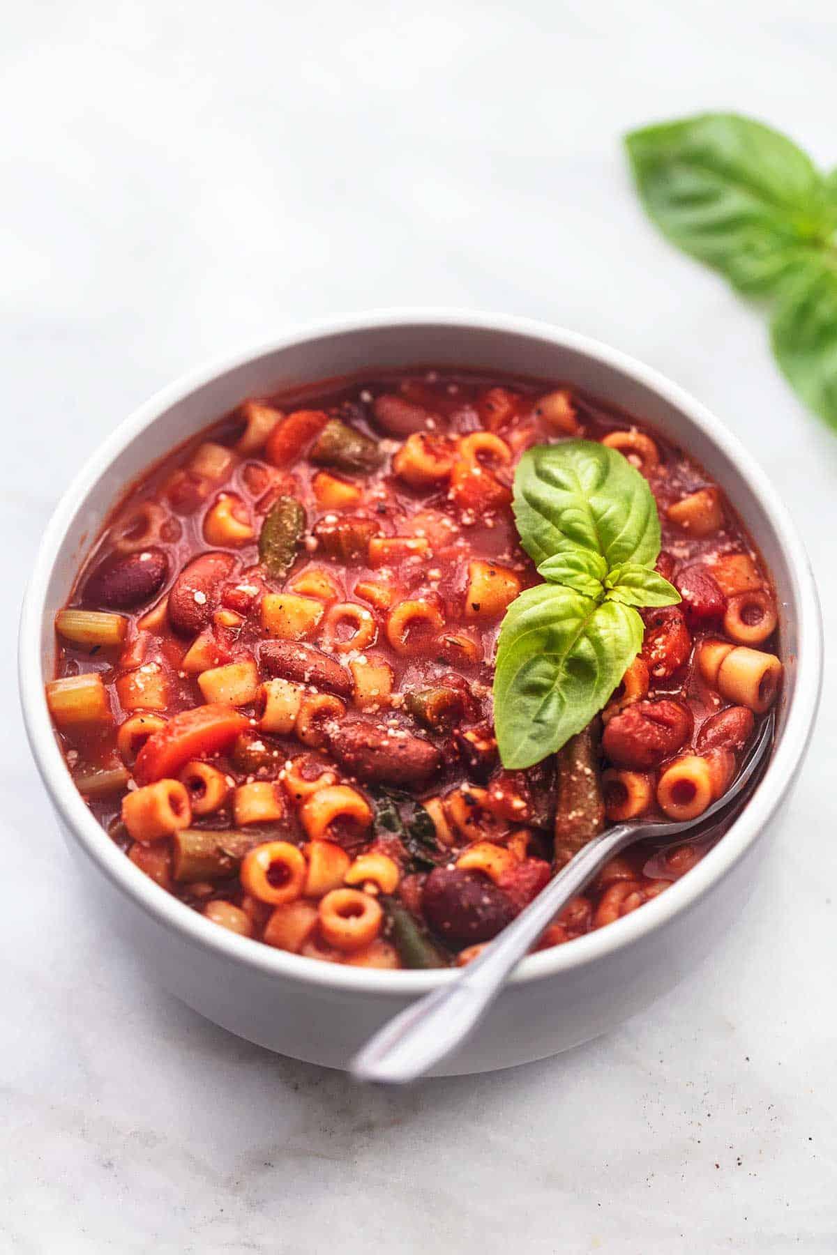 italienische Minestrone-Suppe mit Löffel in einer Schüssel