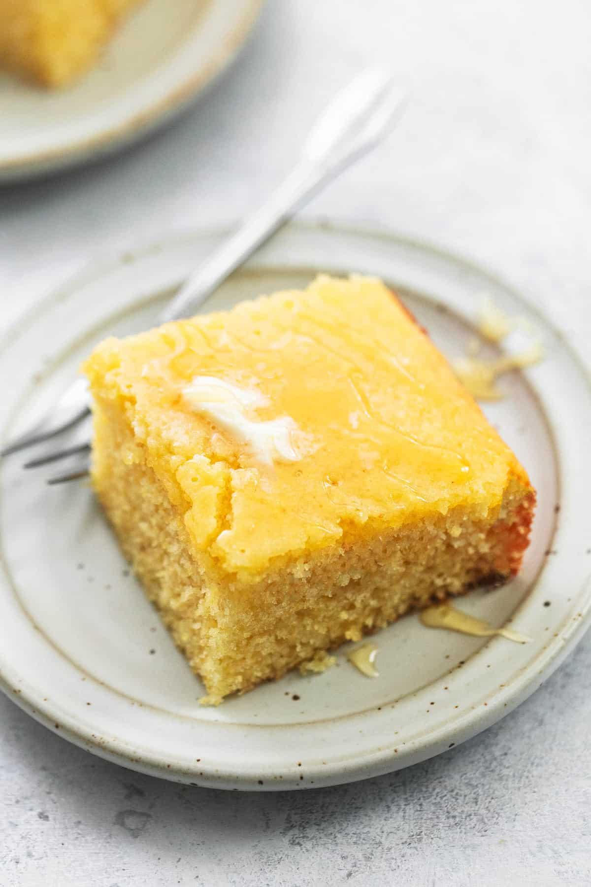 BEST Super Moist Cornbread einfaches Maisbrot Rezept | lecremedelacrumb.com